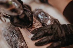 Iniciar un aprendizaje de tatuajes: trabajo en línea de un tatuaje en progreso